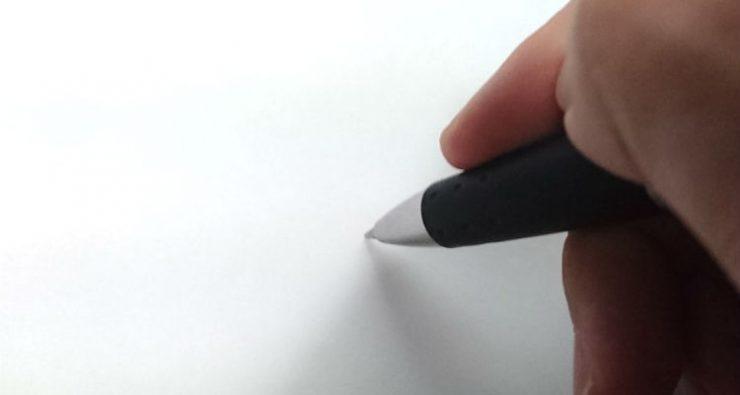 ペンを握る手