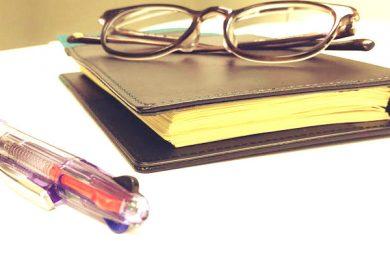メガネと手帳とペン